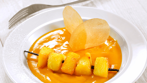 Brochette ananas mangue au miel, coulis mangue passion - Recette Institut Paul Bocuse